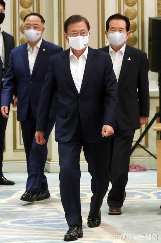 [서울=뉴시스]배훈식 기자 = 문재인 대통령이 25일 청와대 영빈관에서 열린 국가재정전략회의에 참석하고 있다. 2020.05.25.   dahora83@newsis.com