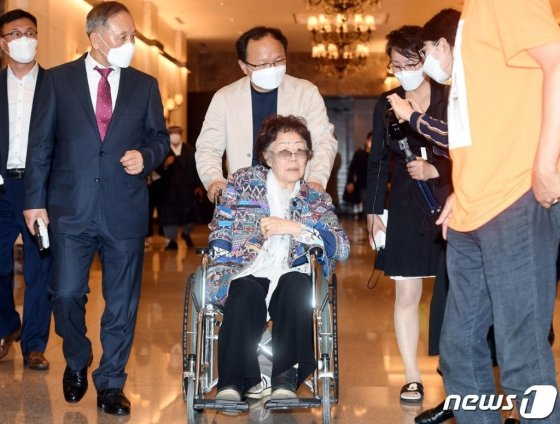 일본군 위안부 피해자 이용수 할머니가 25일 오후 대구 수성구 만촌동 인터불고 호텔에서 기자회견을 마친후 떠나고 있다. /사진=뉴스1