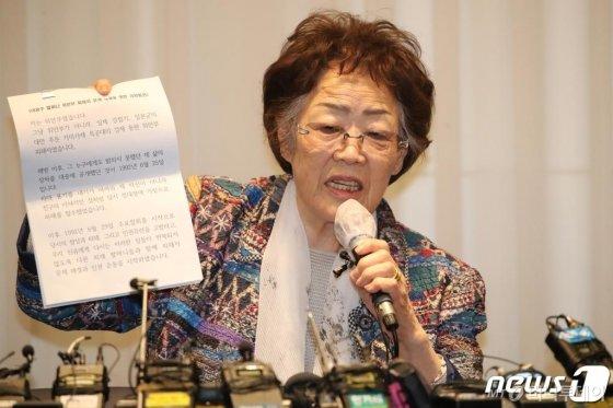 (대구=뉴스1) 공정식 기자 = 일본군 위안부 피해자 이용수 할머니가 25일 오후 대구 수성구 만촌동 인터불고 호텔에서 기자회견을 하고 있다. 2020.5.25/뉴스1