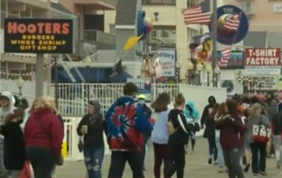 일부 미국인들이 '메모리얼데이'(현충일) 연휴 동안 사회적 거리두기를 지키지 않은 것으로 나타났다./사진=CNN