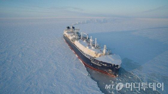 대우조선해양이 건조한 쇄빙LNG선이 얼음을 깨면서 운항하고 있다./사진제공=대우조선해양