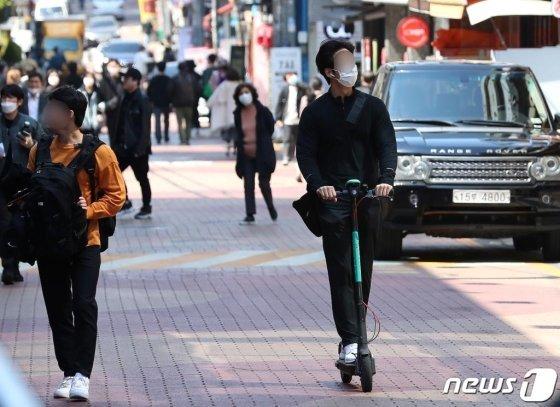 서울 강남역 인근에서 한 시민이 공용 킥보드를 이용하고 있다./사진=뉴스1