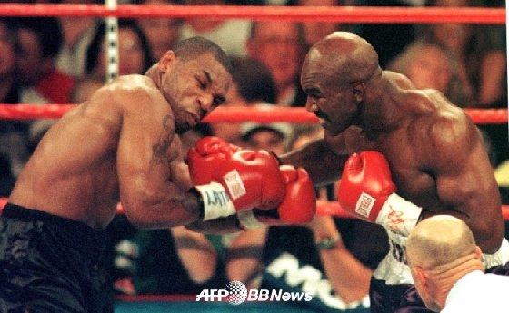 1997년 6월 28일(현지시간) 미국 네바다주 라스베이거스 MGM 호텔에서 펼쳐진 WBA 헤비급 타이틀 리턴 매치에서 타이슨과 홀리필드(오른쪽)가 주먹을 주고 받고 있다. /AFPBBNews=뉴스1