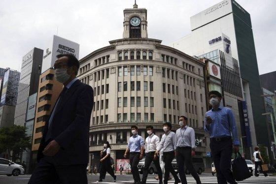 [도쿄=AP/뉴시스]12일 일본 도쿄의 긴자 거리에 신종 코로나바이러스 감염증(코로나19) 예방을 위해 마스크를 착용한 시민들이 걸어가고 있다. 2020.05.12.