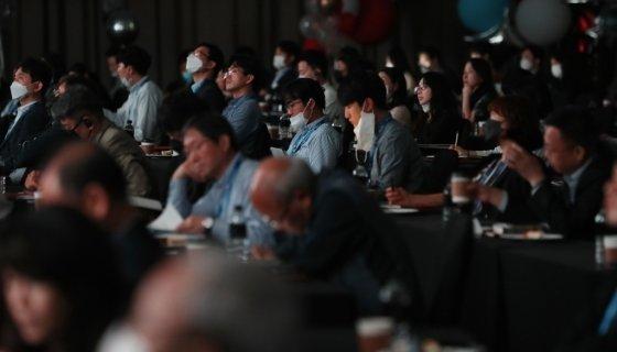 28일 오전 여의도 콘래드 서울에서 열린 머니투데이 주최 '2020 키플랫폼' 총회(팬더모니엄 그 이후 : 써로게이트 이코노미의 출현)에서 참석자들이 에드윈 퓰러 헤리티지재단 설립자와 앤서니 킴 헤리티지재단 리서치 매니저&편집자의 화상대담을 경청하고 있다. /사진=이기범 기자