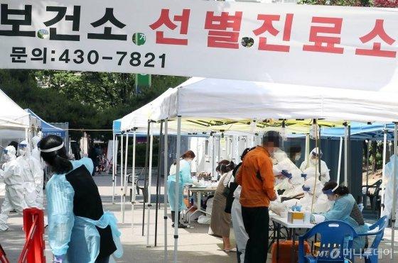[인천=뉴시스] 이종철 기자 = 인천지역에 부천 물류센터발 신종 코로나바이러스 감염증(코로나19) 확진자가 대거 늘어난 가운데 27일 오후 인천시 계양구보건소 선별진료소에 검사를 받기위해 온 시민들이 의료진의 질문에 답하고 있다. 2020.05.27.   jc4321@newsis.com
