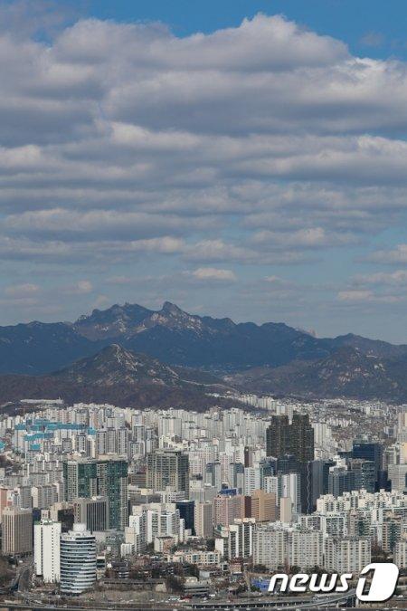 2전국 대부분 미세먼지 농도가 '좋음'을 나타내고 있는 지난 2월 서울 영등포구 63스퀘어에서 바라본 하늘이 파랗게 보이고 있다./사진제공=뉴스1