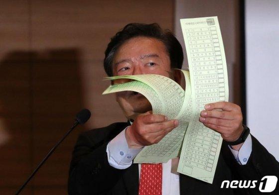 민경욱 미래통합당 의원이 지난 11일 오후 서울 여의도 국회 의원회관에서 열린 '4.15총선 개표조작 의혹 진상규명과 국민주권회복 대회'에서 투표용지를 들어보이며 발언을 하고 있다.
