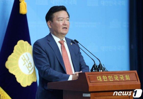 민경욱 미래통합당 의원이 지난 21일 오후 서울 여의도 국회 소통관에서 총선 부정선거 의혹을 제기하는 기자회견을 하고 있다.