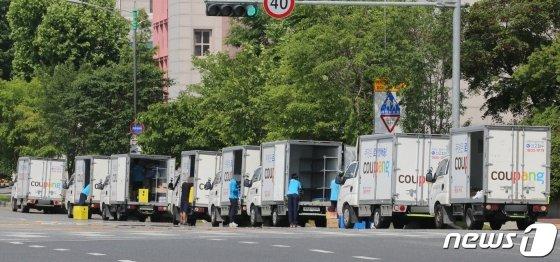 부천 쿠팡물류센터와 관련된 신종 코로나바이러스 감염증(코로나19) 확진자가 69명으로 늘어난 가운데 28일 오후 대전의 한 도로에서 쿠팡 택배 직원들이 차량에 택배물품을 싣고 있다./사진=뉴스1