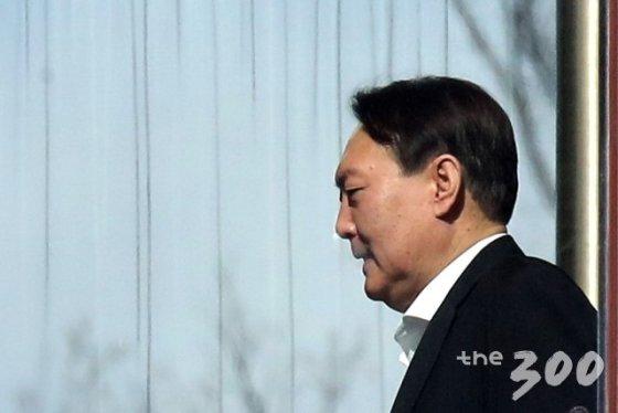 윤석열 검찰총장이 13일 서울 서초구 대검찰청에서 점심 식사를 위해 이동하고 있다.