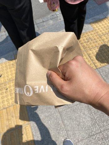 생리대를 종이봉투에 담아줬다./사진=남형도 기자