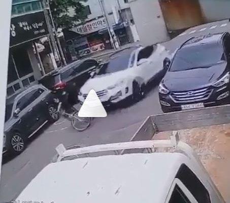 지난 25일 경북 경주의 한 초등학교 어린이보호구역에서 SUV 차량이 자전거를 탄 초등학생을 도로를 역주행까지 하며 들이받는 사고가 발생했다. /사진=온라인 커뮤니티 캡처