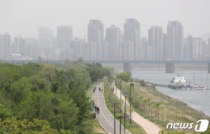 (서울=뉴스1) 이재명 기자 = 중부지방의 미세먼지 농도 수준이 '나쁨'을 나태내고 있는 11일 오후 서울 한강대교에서 바라본 도심이 뿌옇게 보이고 있다. 2020.5.11/뉴스1