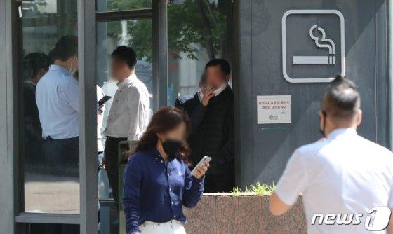 27일 서울 중구의 한 흡연실에서 시민들이 흡연을 하고 있다./사진=뉴스1
