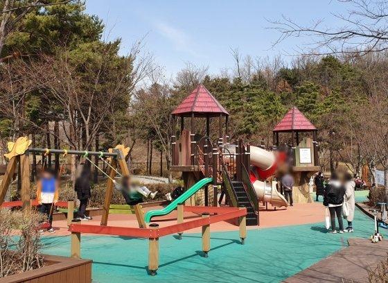 서울의 한 공원 놀이터에서 아이들이 놀고 있는 모습./사진=한민선 기자