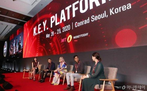 화이트 베키 혼혈이야기 유튜브 크리에이터, 권순홍 와이아이케이미디어 대표, 니콜라 권 크리에이터, 스카우트 세드릭 크리에이터, 제니 리 크리에이터(왼쪽부터)가 29일 여의도 콘래드 서울에서 열린 머니투데이 주최 '2020 키플랫폼 (팬더모니엄 그 이후 : 써로게이트 이코노미의 출현)'에서 토론을 하고 있다. / 사진=김휘선 기자 hwijpg@