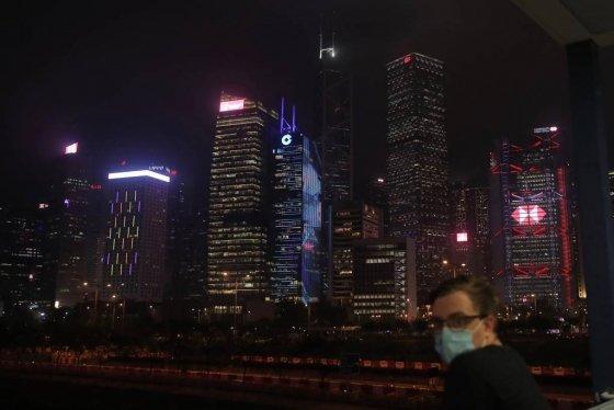 [홍콩=AP/뉴시스]신종 코로나바이러스 감염증(코로나19) 우려가 잦아들지 않은 가운데 5월28일(현지시간) 홍콩에서 한 남성이 마스크를 쓴 채 야경을 보고 있다. 2020.05.29.