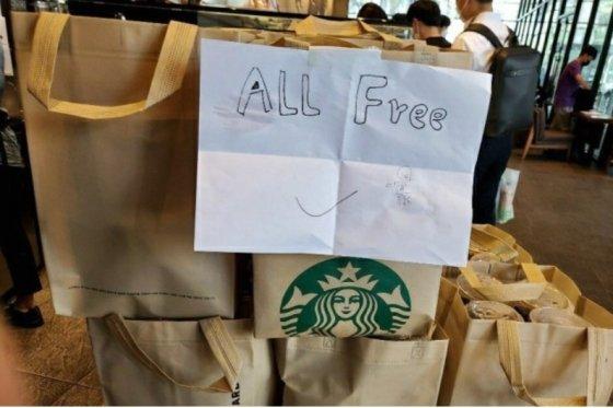 스타벅스 여의도 지점에서 한 소비자가 구매한 커피들. 이 소비자는 스타벅스 '서머 레디백' 17개를 구하기 위해 커피 300잔을 구매한 뒤 1잔만 챙겨갔다. /사진=머니S(독자 제공)