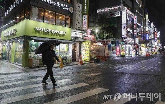 [서울=뉴시스] 박민석 기자 = 신종 코로나바이러스 감염증(코로나19) 확산 방지를 위해 정부가 '보다 강력한 사회적 거리두기'를 권고하고 있는 26일 서울 동대문구 쇼핑센터 인근 식당가가 한산한 모습을 보이고 있다. 2020.03.26.   mspark@newsis.com