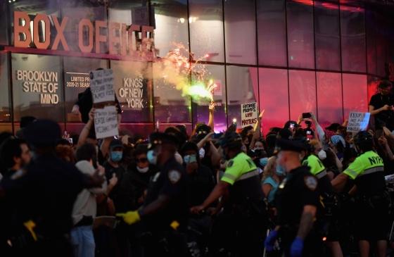 이 와중에 CNN 흑인기자 생방송하다 체포…일파만파