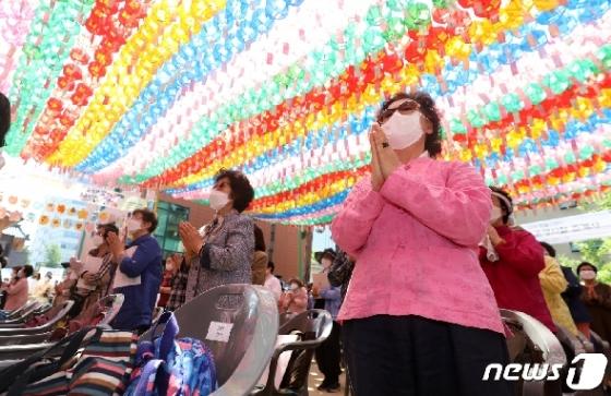 [사진] 합장하는 불교 신자들
