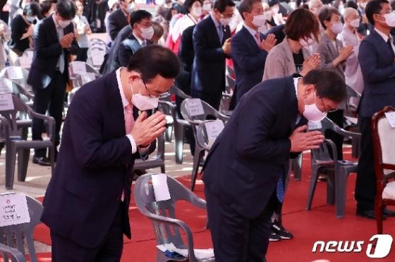 [사진] 나란히 합장하는 김태년·주호영