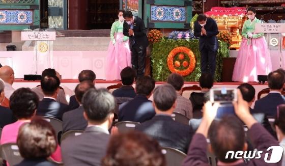 [사진] 인사하는 박양우 장관·박원순 서울시장