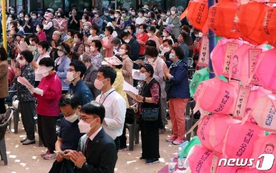 [사진] 법요식 합장하는 불자들
