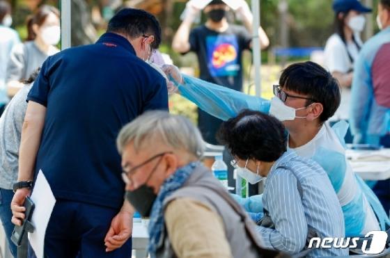 [사진] 여의도 학원강사 쿠팡발 '감염', 진료소 찾은 시민들