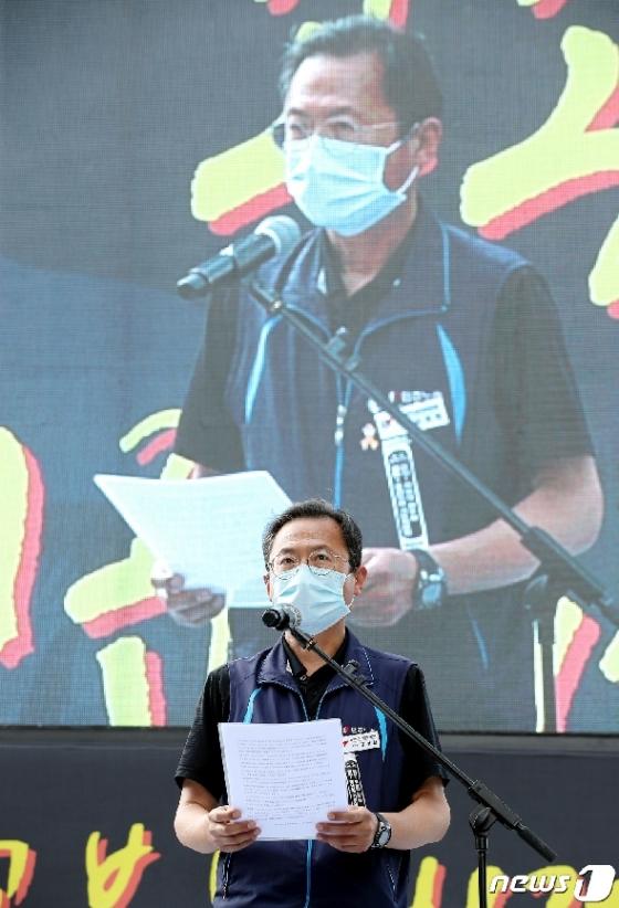 [사진] 결의대회 대회사 하는 김명환 위원장