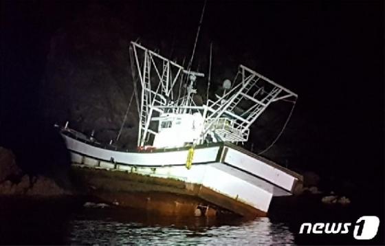 [사진] 태안해경, 야간항해 중 좌초된 어선 구조
