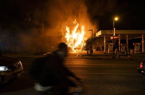미니애폴리스 한 주유소가 불타고 있다. /사진=AFP