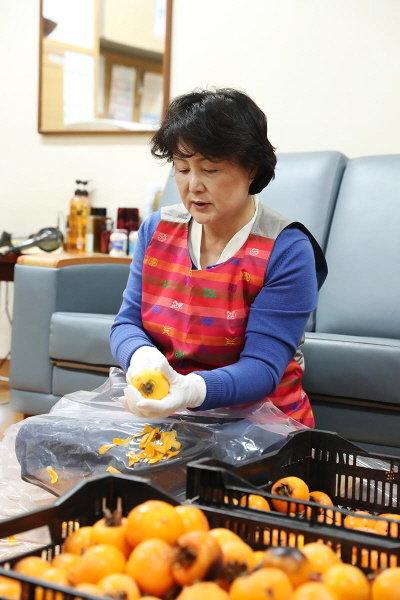청와대는 김정숙 여사가 직접 마련한 곶감을 청와대 기능직, 미혼모 부모들 모임에도 보냈다고 밝혔다. 2017.11.26. /청와대 제공
