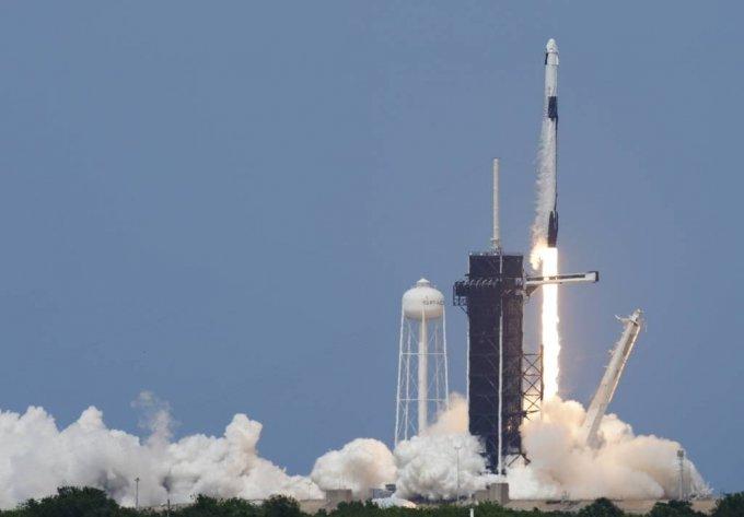 [케이프커내버럴=AP/뉴시스]미 항공우주국(NASA) 우주비행사 더글러스 헐리와 로버트 벤킨이 크루 드래건에 탑승한 스페이스X 팰컨9호가 30일(현지시간) 미 플로리다주 케이프 커내버럴의 케네디 우주센터 39-A 발사대에서 발사되고 있다. 팰컨9는 테슬라 최고경영자(CEO) 일론 머스크가 설립한 우주탐사 기업 스페이스X가 민간기업 최초로 발사한 민간 유인 우주선으로 민간 우주여행 시대의  새로운 이정표를 세웠다. 2020.05.31.