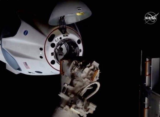 [케이프커내버럴=신화/뉴시스]미 항공우주국(NASA)가 제공한 사진에 미국 민간 우주개발기업 '스페이스 엑스'가 개발한 첫 민간 유인 우주선 '크루 드래건'이 5월 31일(현지시간) 도킹을 위해 국제우주정거장(ISS)에 접근하고 있다. NASA 소속 우주비행사 로버트 벤킨과 더글러스 헐리가 탑승한 크루 드래건은 미 플로리다주의 케네디 우주센터를 떠난 지 약 19시간 만에 ISS에 도킹에 성공했다. 두 우주인은 ISS에서 최대 4개월을 보낸 뒤 크루 드래건을 타고 귀환한다. 2020.06.01.