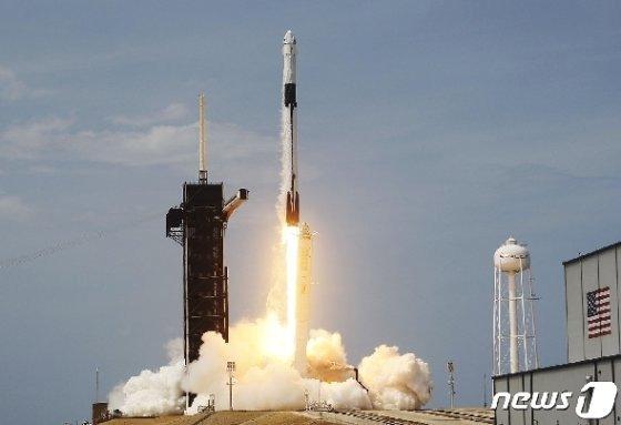 스페이스X의 첫 민간 유인우주선 '크루드래곤'이 30일(현지시간) 미국 프롤리다주 케네디 우주센터에서 발사됐다. © AFP=뉴스1
