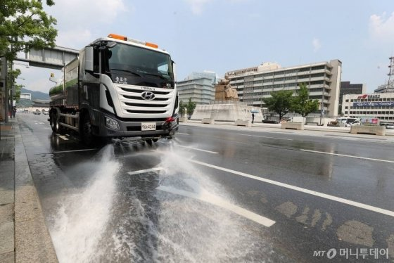 아스팔트를 식히는 물청소차. /사진=이기범 기자 leekb@