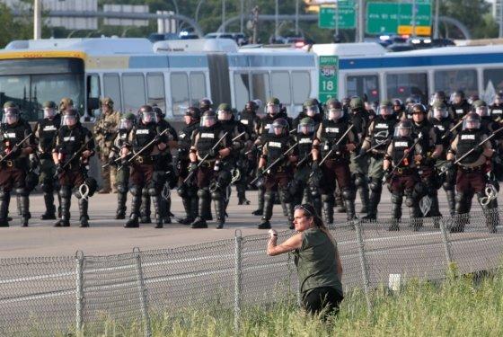 미 경찰이 미네소타주 미니애폴리스의 고속도로에서 시위대를 감시하고 있는 모습./사진=AFP