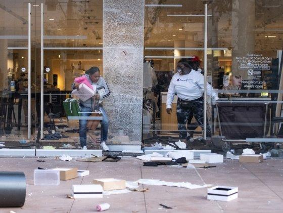 미국 로스엔젤레스 페어팩스 구역의 쇼핑센터에서 사람들이 물건을 훔쳐 나오고 있다. /사진=AFP