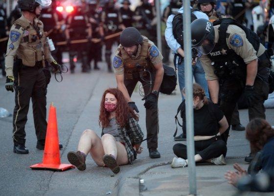 미 경찰이 미네소타 주 미니애폴리스에서 시위자들을 체포하고 있다./사진=AFP