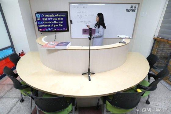 2일 인천 서구 초은고등학교에서 선생님이 코로나19 대응 수업 영상을 녹화하고 있다. / 사진=이기범 기자 leekb@