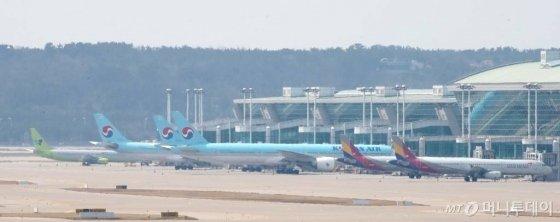 코로나 19 여파로 여객 운항이 급감한 가운데 2일 인천국제공항에 항공기들이 멈춰 서 있다. / 사진=인천국제공항=이기범 기자 leekb@