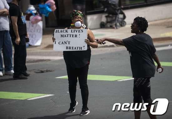 'I can't breathe'라고 적힌 항의문구를 들어 보이는 시위자. © AFP=뉴스1