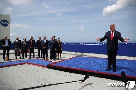 30일(현지시간) 도널드 트럼프 미국 대통령이 스페이스X의 유인우주선 발사 현장을 직접 참관한 뒤 기자회견을 갖고 있다. © 로이터=뉴스1 © News1 박형기 기자