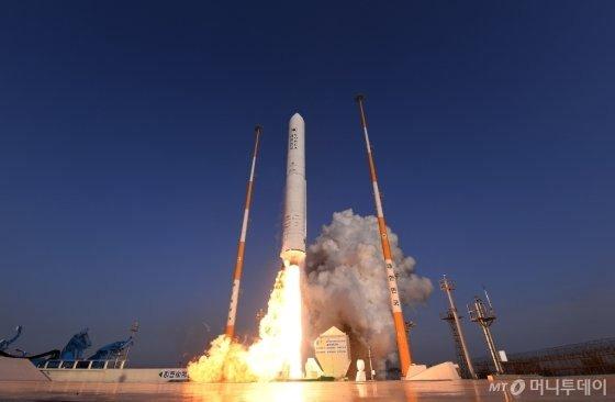 전남 고흥 나로우주센터에서 누리호 시험발사체가 굉음을 내며 발사하고 있다./사진제공=항공우주연구원