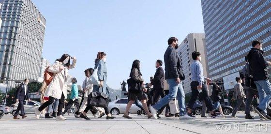 서울 종로구 세종로 네거리에서 시민들이 출근하고 있다. / 사진=김휘선 기자 hwijpg@