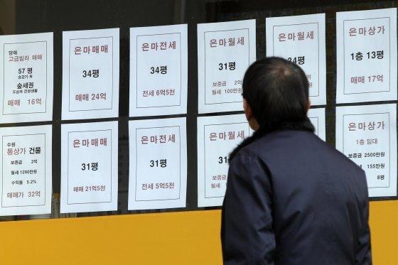 서울 강남구 대치동의 한 공인중개사 사무소에 전세 매물 전단이 붙어있다. /사진제공=뉴스1