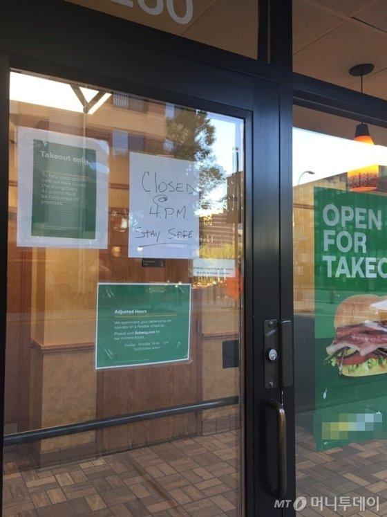 미국 미네소타주 미니애폴리스 도심의 한 샌드위치 가게가 시위 여파로 오후 4시까지만 영업한다는 안내문을 써붙였다. /사진=독자 양주영씨 제공
