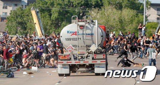 지난달 31일(현지시간) 미네소타주 미니애폴리스의 한 다리 위에서 대형 트럭이 5000~6000명의 시위 군중들을 향해 전속력으로 돌진했다. /사진=로이터·뉴스1